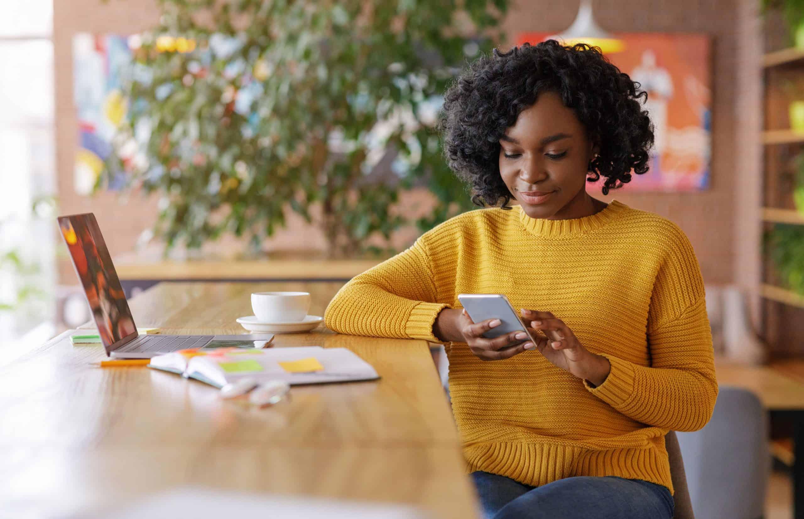 online marketing ügynökség nő telefonnal a kezében
